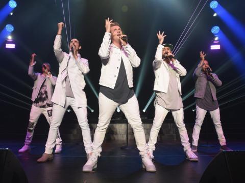 Desde la izquierda, Kevin Richardson, Howie Dorough, Nick Carter, Brian Littrell y AJ McLean de los Backstreet Boys actuando el 16 de junio de 2018.