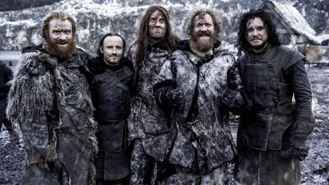 """Dos miembros del grupo metálico Mastodon - Brann Dailor y Brent Hinds, en el centro - en el set de """"Juego de Tronos""""."""