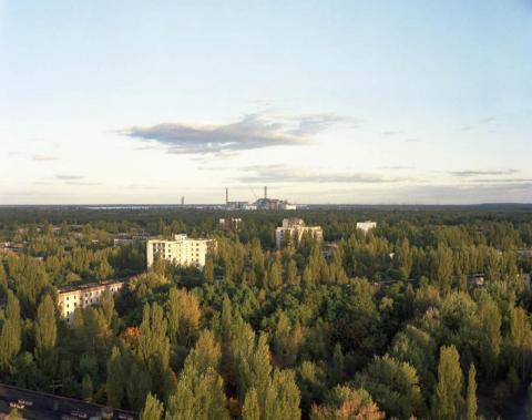 Vista de la central nuclear desde un tejado de Pripyat, 2011.