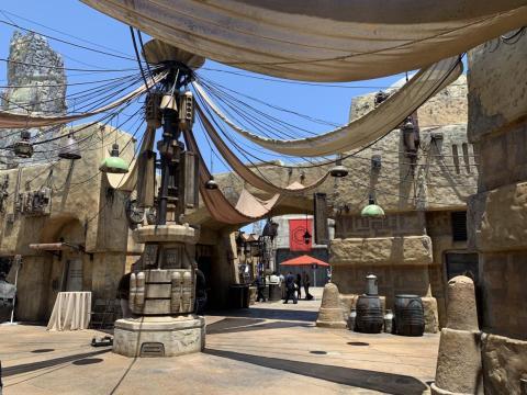 El puesto de avanzada Black Spire Outpost contiene muchas tiendas y puestos con mercancía y comida disponible para los visitantes