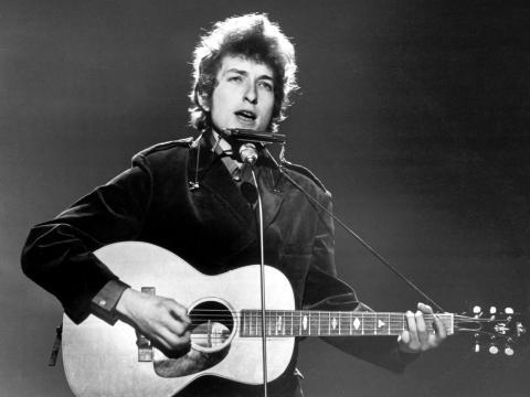 Bob Dylan actuando en 1965.