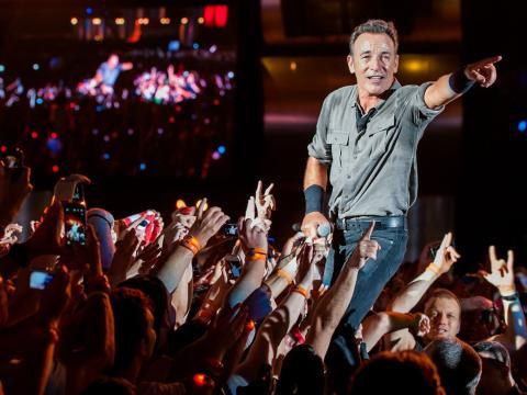 Bruce Springsteen actuando en el escenario durante un concierto en el festival Rock in Río el 21 de septiembre de 2013.