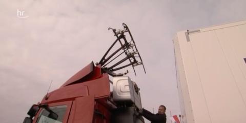Un camión con sus varillas conductoras extendidas.