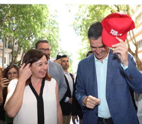 La candidata del PSOE en Baleares, Francina Armengol, con Pedro Sánchez