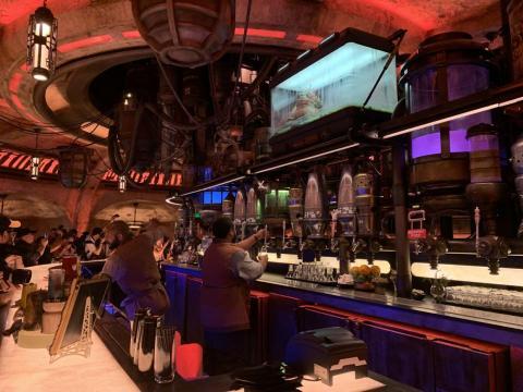 La cantina sirve bebidas coloridas, incluyendo las primeras bebidas alcohólicas que se venden en Disneylandia.