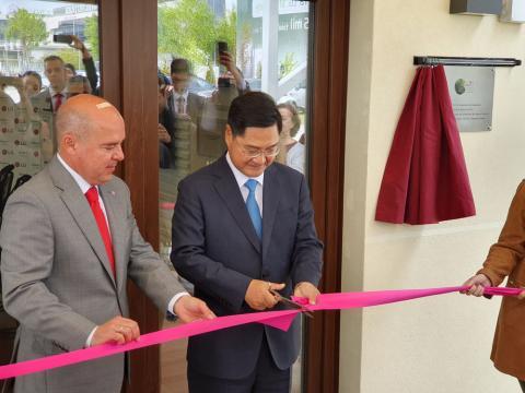 Hong-Jo Chung, embajador de la República de Corea en España, y Jaime de Jaraíz, presidente y CEO de LG Electronics Iberia