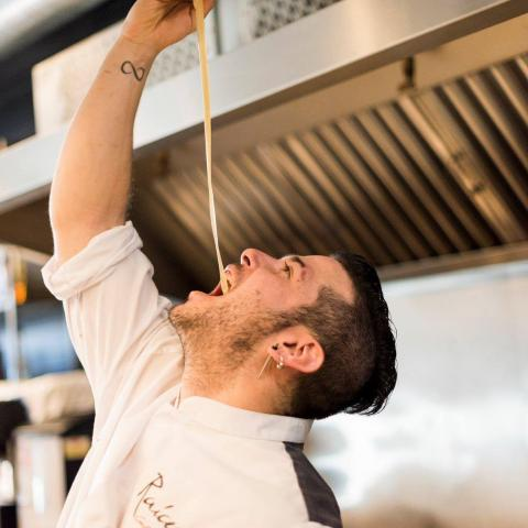 El chef  y dueño del Raíces, Carlos Maldonado