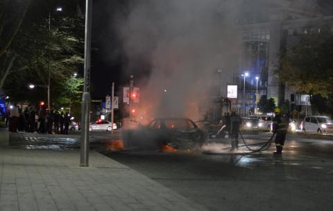 Un coche ardiendo tras un choque entre taxistas conductores de Uber en Johannesburgo.