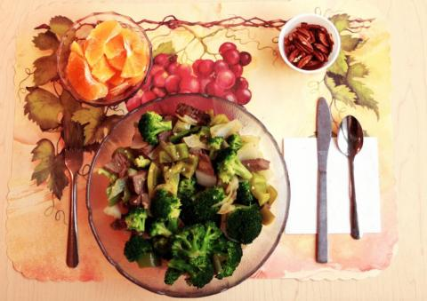 For dinner one night, study participants ate stir-fried beef tender roast with broccoli, onions, sweet peppers, ginger, garlic, and olive oil, along with a side of basmati rice, some orange slices, pecan halves, and salt and pepper.