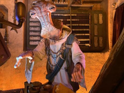 El propio Dok-Ondar puede verse en su puesto de trabajo dentro de la tienda.