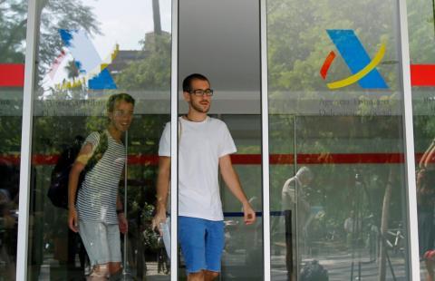 Dos jóvenes salen de una oficina de la Agencia Tributaria