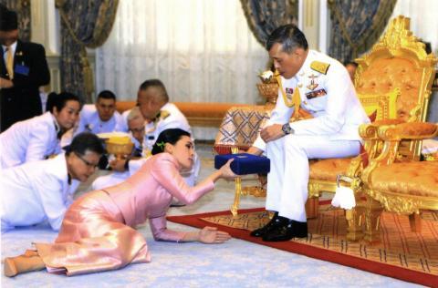 El rey de Tailandia Maha Vajiralongkorn presenta un regalo a la reina Suthida en su boda el 1 de mayo de 2019.