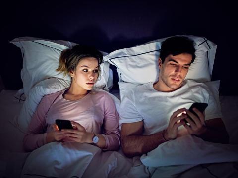 ¿Tu pareja se pone a la defensiva cuando le preguntas por una de sus relaciones de amistad?
