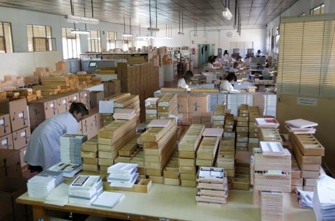 Un grupo de trabajadores prepara envíos de paquetería en una empresa madrileña