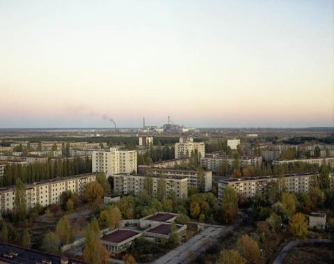 Vista de la central nuclear desde un tejado de Pripyat, 1994.