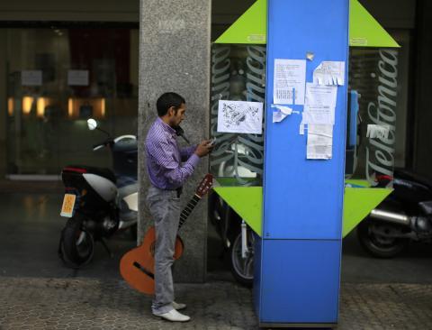 Un hombre en una cabina telefónica en Sevilla.
