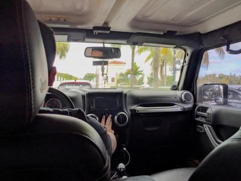 Llegué a la isla en un Uber. Nos detuvieron en la garita antes de entrar a la isla.