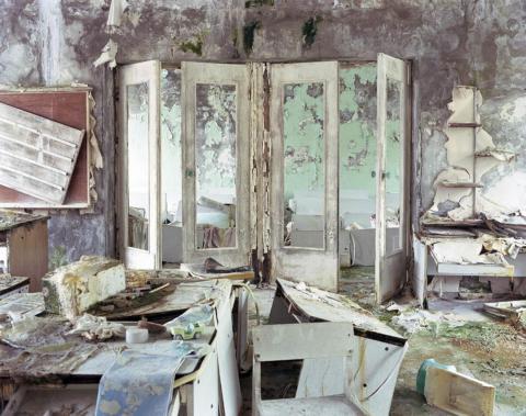 Puertas de acceso al lugar de descanso de una guardería, Pripyat, 2004.