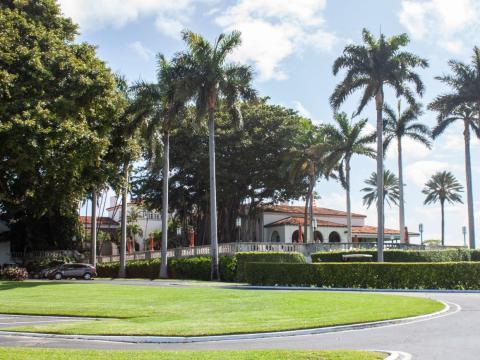 El Indian Creek Country Club, una construcción de estilo mediterráneo, se encuentra en la costa suroeste de la isla.
