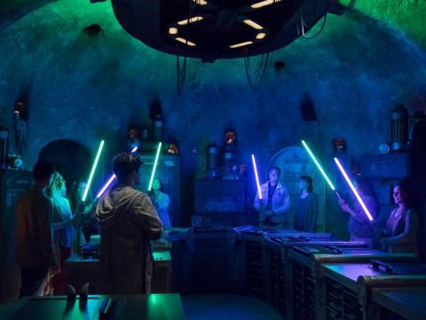En el interior, tendrás la exclusiva experiencia de convertirte en un Jedi y hacer tu propia espada láser