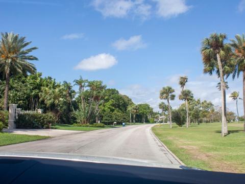La isla tiene una sola calle, Indian Creek Island Road. La urbanización está bordeada por casas de lujo a un lado y por el campo de golf perfectamente cuidado por el otro.