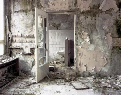 Puerta del baño de la guardería, Pripyat, 2000.