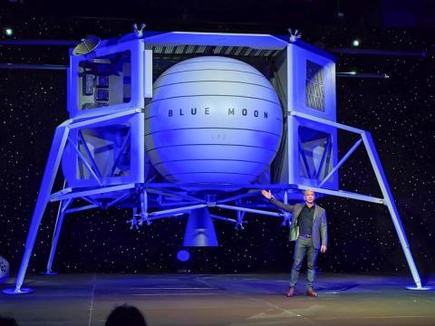 Jeff Bezos muestra el concepto de módulo de aterrizaje lunar de Blue Origin, llamado Luna Azul, en Washington, DC, el 9 de mayo de 2019.