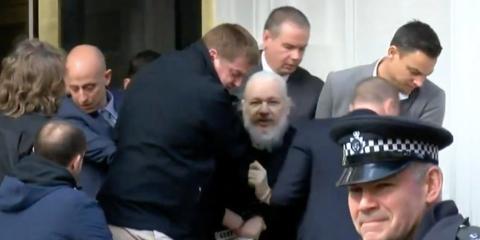Julian Assange en el momento de su salida de la Embajada ecuatoriana en Londres