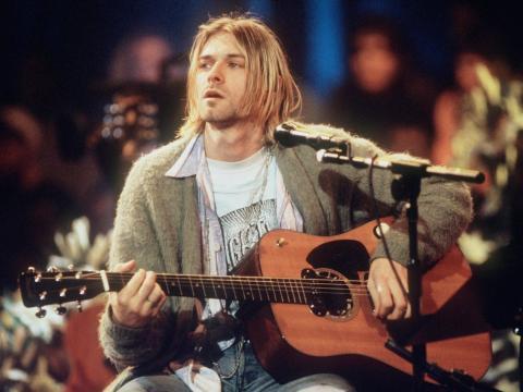 """Kurt Cobain de Nirvana tocando en el concierto """"MTV Unplugged"""" en 1993."""