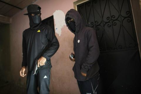 """Criminales enmascarados que se apodan con nombres como """"El Negrito"""", a la derecha, y """"Dog"""", y son miembros de la banda Crazy Boys."""