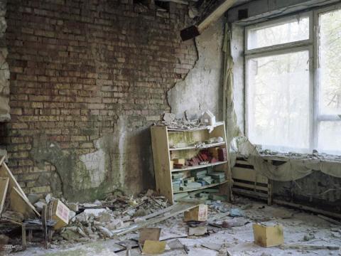 Estanterías y juguetes, guardería, Pripyat, 2011.