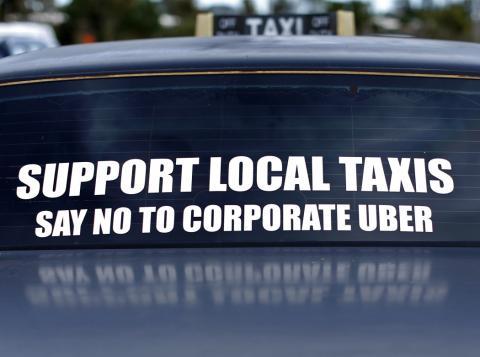 Un mensaje de protesta en un taxi en California.