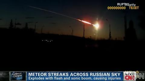 Un meteorito cruzando el cielo en Cheliábinsk, Rusia, en 2013.