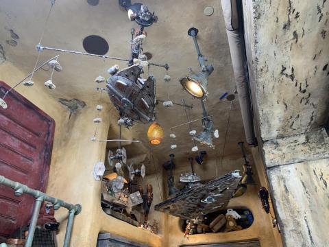 Los móviles cuelgan de las paredes, mostrando barcos familiares en miniatura.