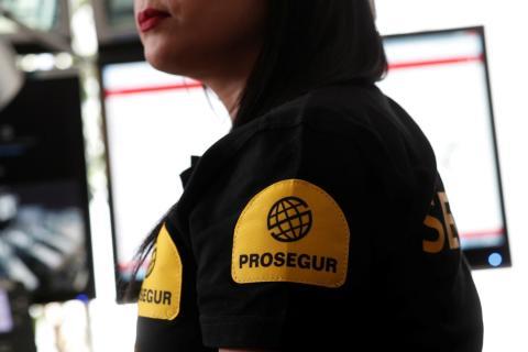 Una mujer con el logo de Prosegur.