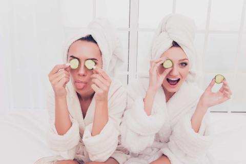 Mujeres haciéndose un tratamiento de belleza.