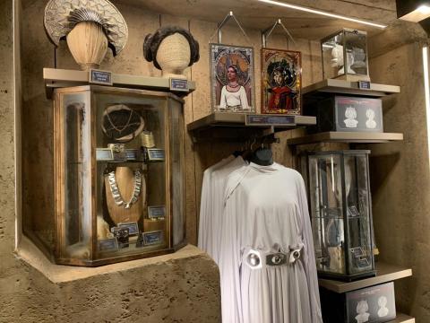 """En su interior, encontrarás todo tipo de artículos de """"Star Wars"""" relacionados con cada libro, película y programa de televisión.Una esquina está dedicada a la general Leia Organa y a la reina Padmé Amidala."""