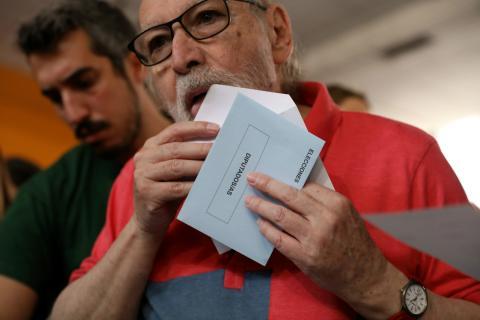 Una persona votando en las elecciones europeas del 26M.