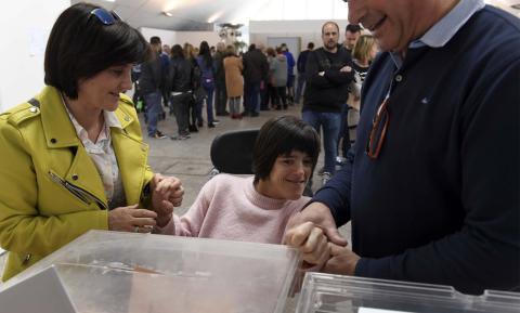 Personas con discapacidad votando
