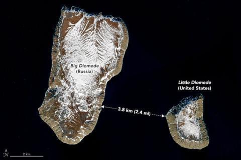 A pesar de estar a sólo 3,8 kilómetros de distancia, las Islas Diomede tienen una diferencia horaria de 21 horas entre ellas.