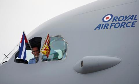 Un piloto mira por la ventana de un avión en Cuba.