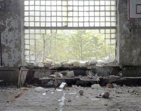 Un muro de cristal roto en el gimnasio del colegio, 2006.