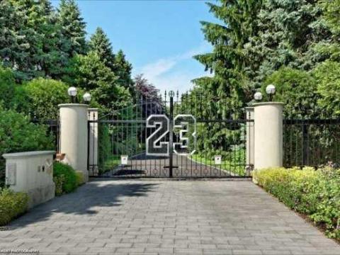 La entrada de la casa de Michael Jordan en Chicago, Illinois.