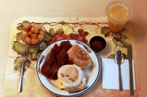 Este desayuno procesado incluye huevo, tocino de pavo y queso americano en un muffin inglés con pan tostado  y ketchup. El zumo de naranja fue suplementado con fibra.