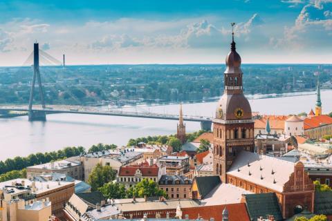 Puente sobre el río Daugava en Riga (Letonia)