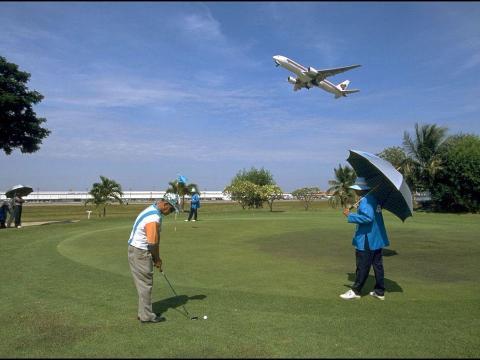 Puedes jugar una partida de golf en un campo de 18 hoyos
