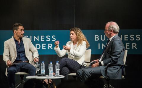De izq. a dcha: el CEO de Axel Springer España, Manuel del Campo; ladirectora general de Peugeot España y Portugal,Hélène Bouteleau, y eldirector general de Hyundai Motor España,Leopoldo Satrústegui.