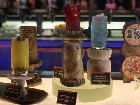 Algunas bebidas son afrutadas, mientras que otras son lechosas, y una incluso viene en una taza de poro.