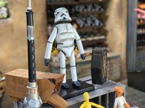 """También hay nuevas figuras de madera, incluyendo esta muñeca Stormtrooper directamente de """"Rogue One""""."""