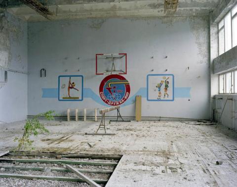Gimnasio escolar con árbol y barra de equilibrio, 2006.